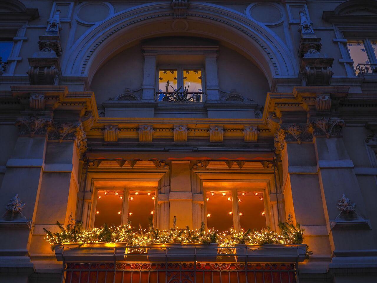 Balkon-winterfest-machen-Ideen-Beleuchtung