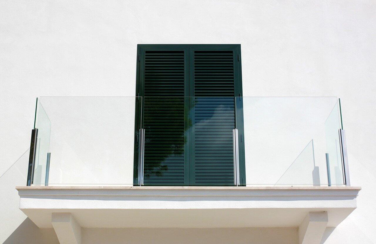 Glas-Windschutz-Balkon-Winter