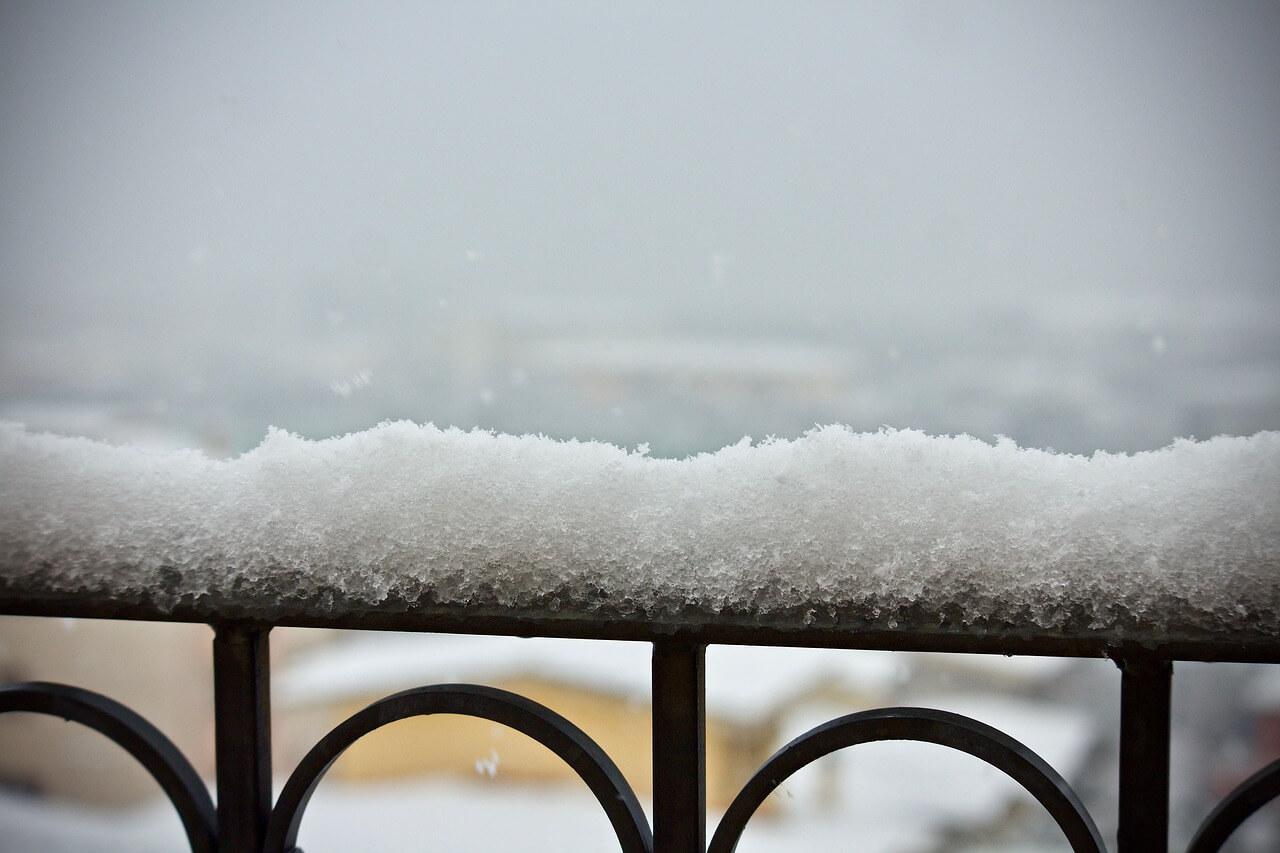 Schnee-Balkon-entfernen