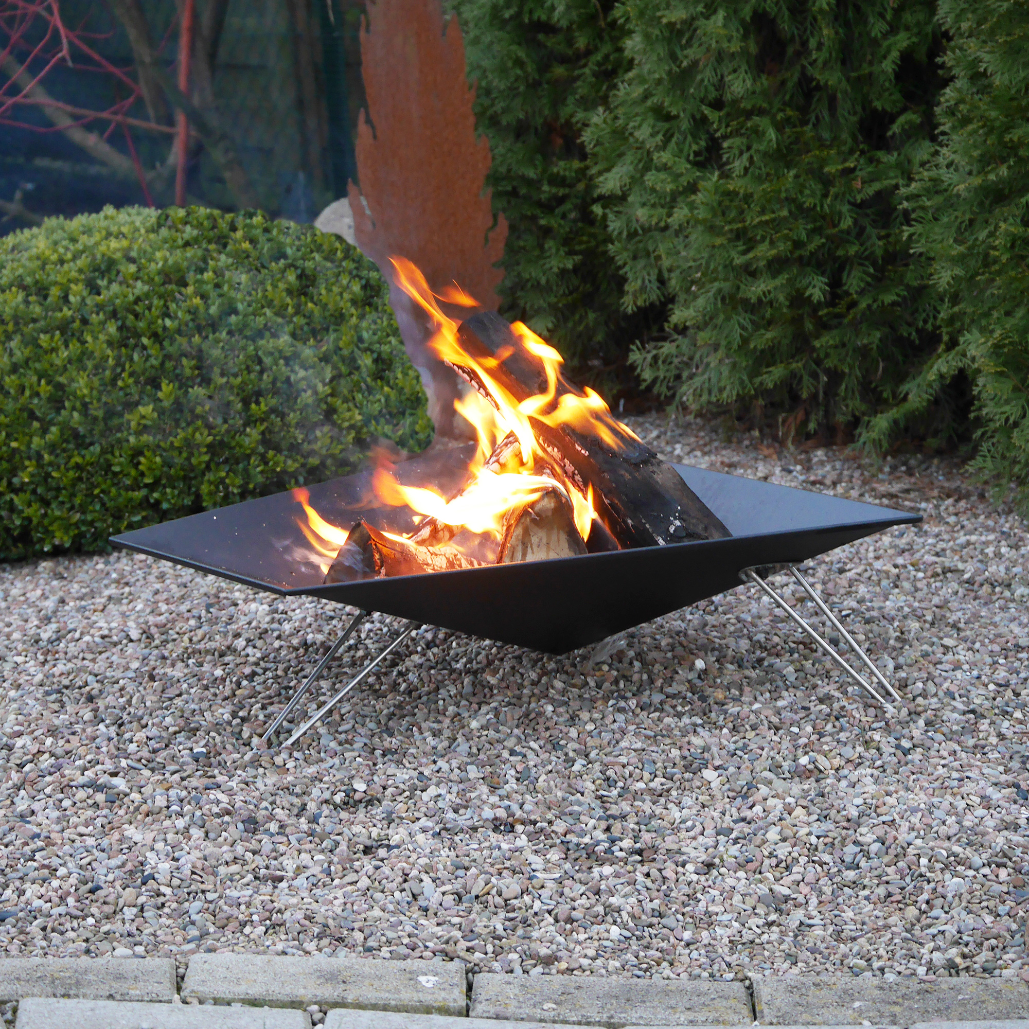 Gemütliches Licht auf Ihrer Sommerparty - Die VASNER Merive M3 Feuerschale