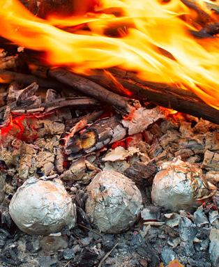 Sommerparty Rezept für Folienkartoffeln in der VASNER Merive Feuerschale