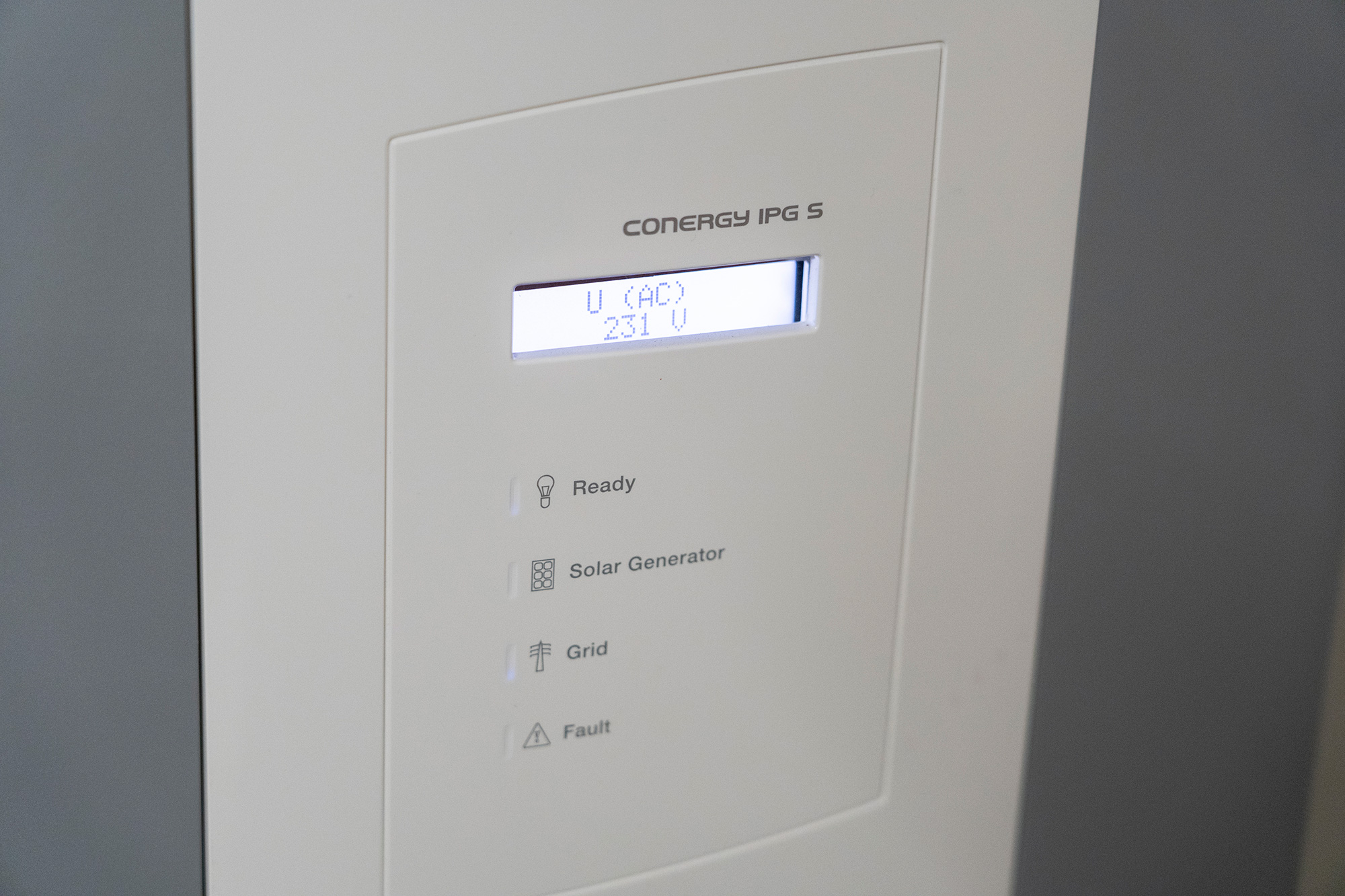 Der durch die Photovoltaik Anlage gewonnene Strom wird durch einen Wechselrichter nutzbar gemacht