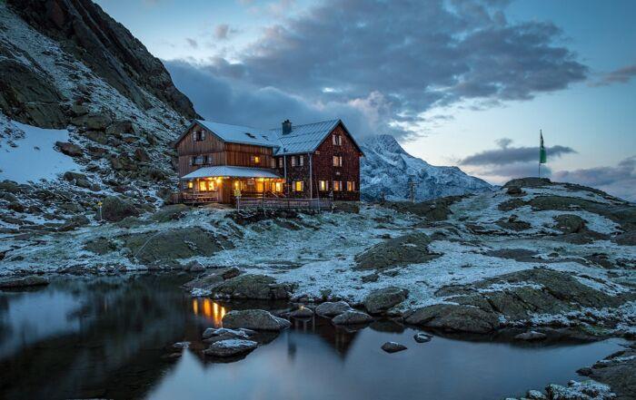 Infrarotheizungen reduzieren Stromverbrauch in alpiner Berghütte Bremer Hütte
