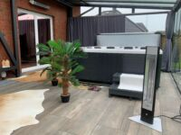 Ein Wintergarten mit Pool wird mit den VASNER Infrarot Heizstrahlern Teras 25 & HeatTower beheizt
