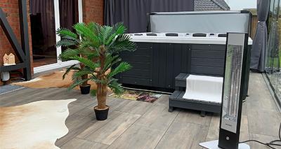 Kunden Wintergarten mit Pool wird mit den VASNER Infrarotstrahlern Teras 25 & HeatTower beheizt