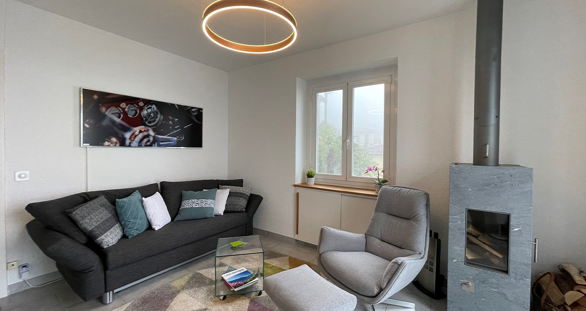 Kunde nutzt Infrarot Bildheizung Wandheizung Panora von VASNER in seinem Wohnzimmer
