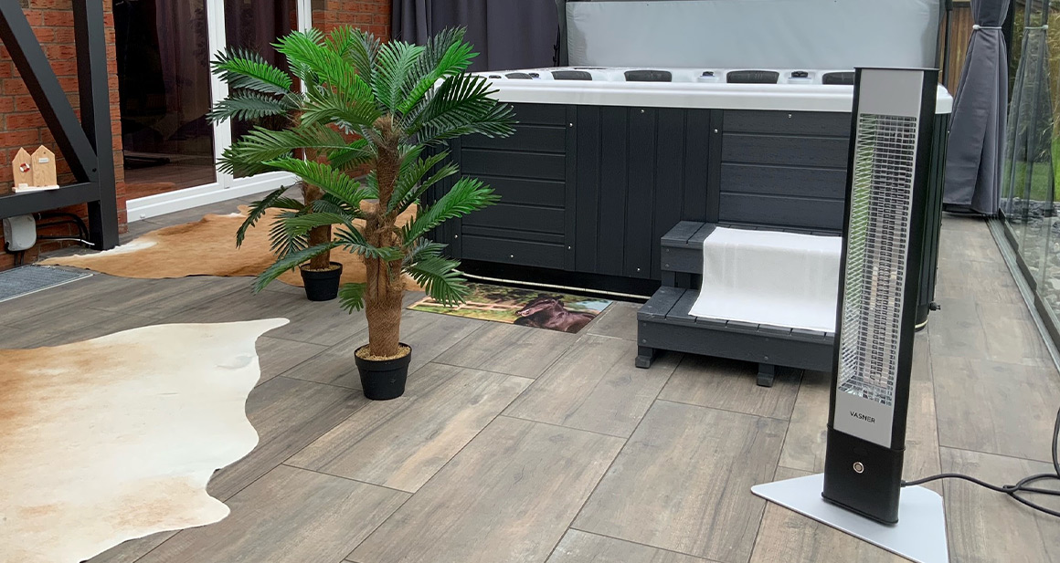 Kunden Wintergarten mit Pool wird mit den VASNER Infrarotstrahler Outdoor Modellen Teras 25 & HeatTower beheizt